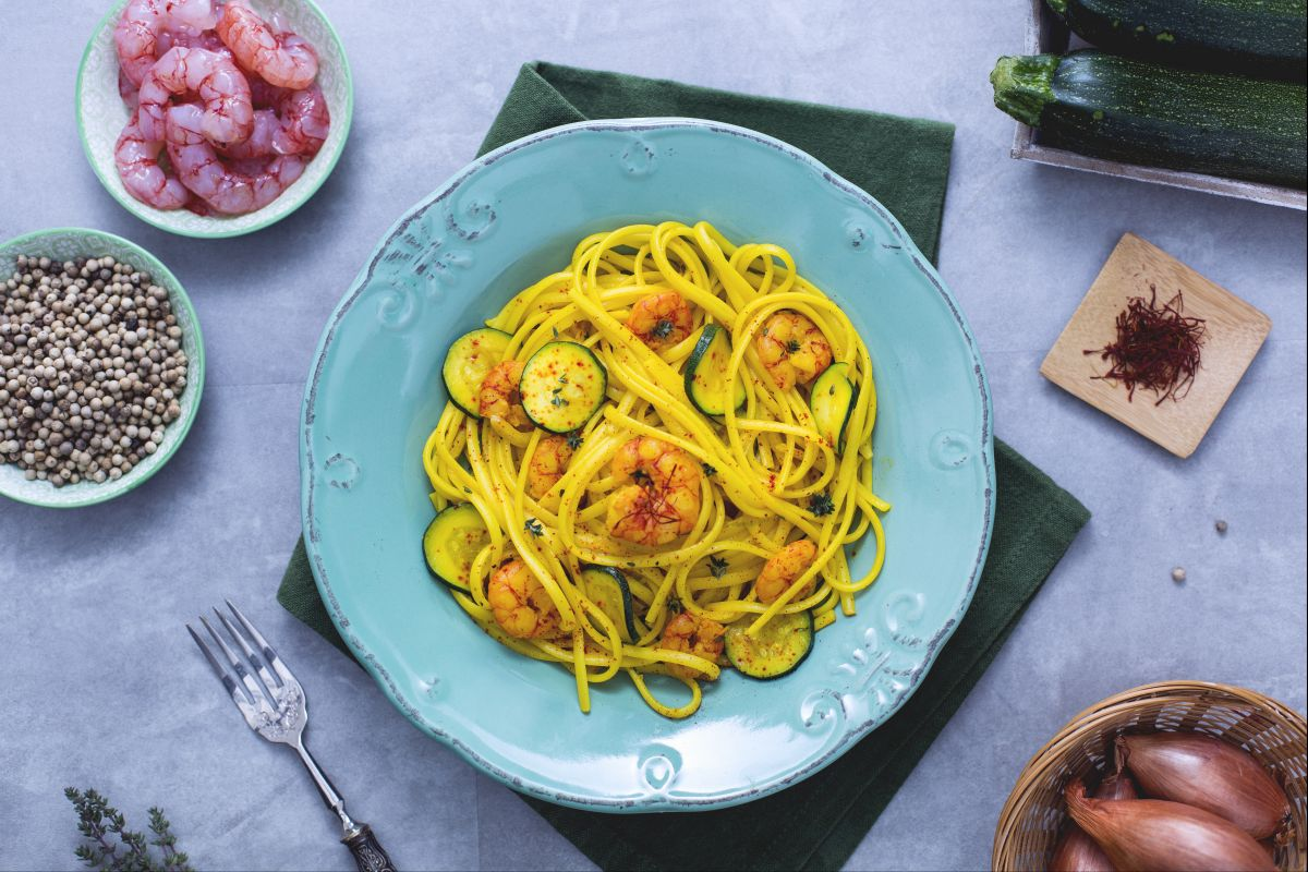 Ricetta Linguine gamberetti, zucchine e zafferano , La Ricetta di  GialloZafferano