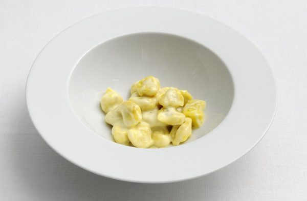 Compromesso storico: tortellini in crema di Parmigiano Reggiano - Fonte: Ufficio stampa Osteria Francescana