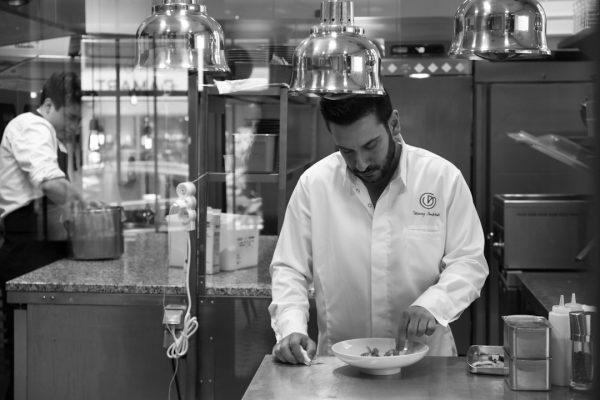 Lo chef Denny Imbroisi al lavoro nel suo ristorante - Fonte: Ufficio stampa