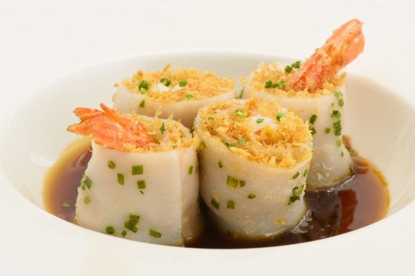 Chang Fung Ebi Roll - cannelloni di riso al vapore aromatizzato con erba cipollina, ripieno di gambero croccante e riduzione di salsa di soia - Fonte: Ufficio Stampa A+A