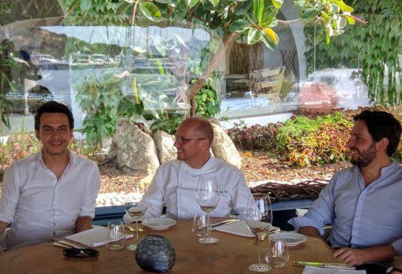 L'architetto Roberto Ferlito, lo chef Heinz Beck e l'interior designer Angel Gaspar dello studio Nábito di Barcellona © Poltu Quatu Resort