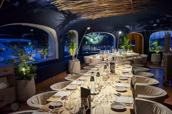 L'interno del ristorante Blu Beck è stato progettato dallo studio Nábito di Barcellona © Poltu Quatu Resort
