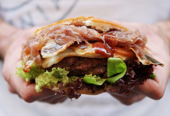 Il Bec Burger con carne di manzo siciliano, guanciale croccante di Suino nero dei Nebrodi e provola delle Madonie © FUD Bottega Sicula