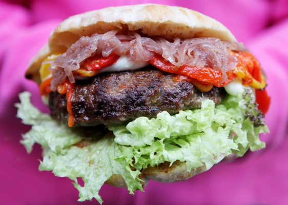 Bafalo Burger con carne di bufalo ragusano, insalata mista, mozzarella di bufala ragusana e peperoni arrosto © FUD Bottega Sicula