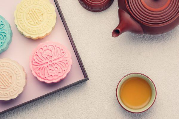 """Tè con le tortine della Luna con la """"pelle di neve"""" dai colori pastello © Fotolia"""