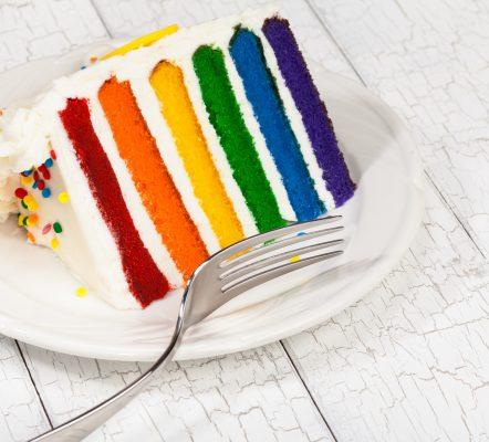 La Rainbow cake è sicuramente una delle torte più spettacolari da preparare per festeggiare un compleanno © Fotolia