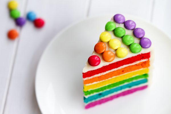 Una fetta di Rainbow cake con confetti colarati © Fotolia