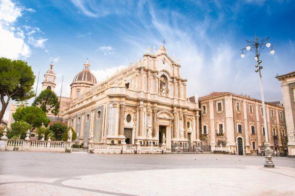 Piazza del Duomo e la Cattedrale di Sant'Agata a Catania © Fotolia