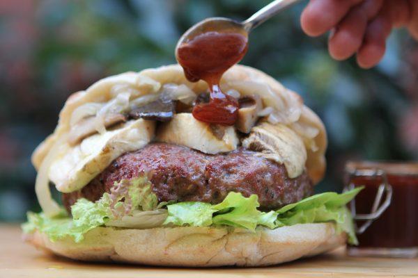 SHEK BURGHER con hamburger di asino, pomodoro, insalata mista, Mozzarella di bufala affumicata, funghi, cipolla di Giarratana in agrodolce e salsa barbecue © FUD Bottega Sicula