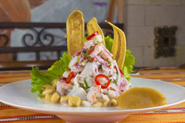 I Ceviche è spesso arricchito con gustose Chifle, croccanti chips di banana fritta © Fotolia
