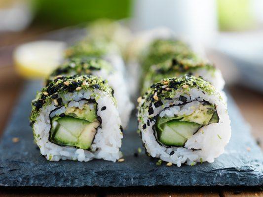 Sushi vegetariano con foglie di cavolo, avocado, cetriolo e semi di sesamo © Fotolia