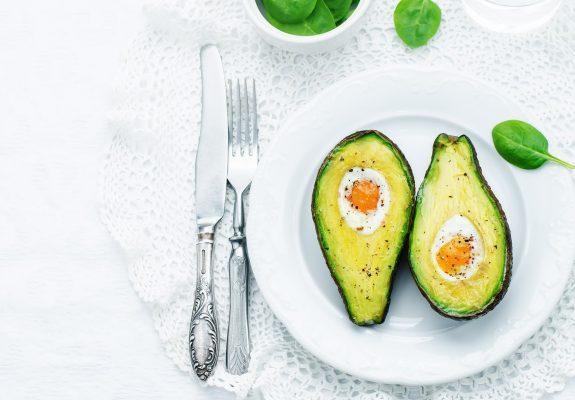Avocado in forno con l'uovo © Fotolia