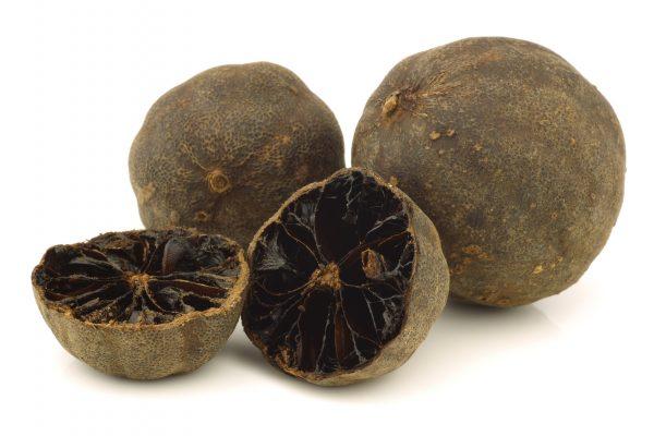 Il Loomi, o Black Lime ha un sapore pungente e regala ai piatti un tocco di acidità e un retrogusto affumicato © Fotolia
