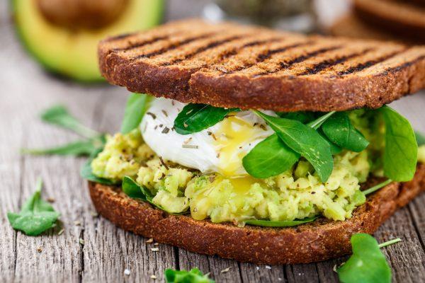 Avocado toast con uovo e rucola © Fotolia