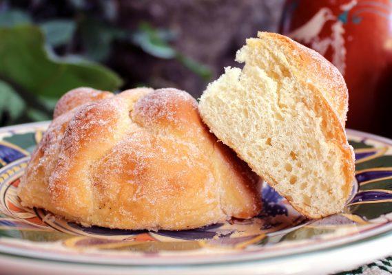 Il Pan de Muerto, un antico dolce del Messico preparato in omaggio alle anime dei defunti © Fotolia