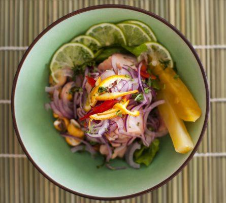 Ceviche con salmone, cipolla rossa, peperoncino e lime © Fotolia