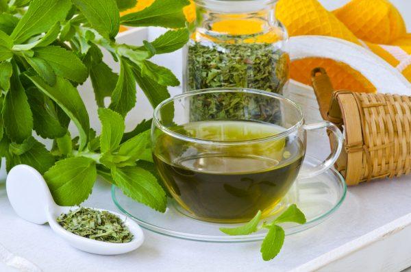 Per una bevanda naturale a base di Stevia basta mettere le foglie in infusione nell'acqua calda © Fotolia
