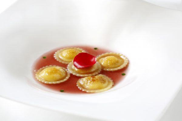 Ravioli alla crema di limoni e salsa di rosa, un dolce alternativo dello chef Andrea Asoli © Château Monfort