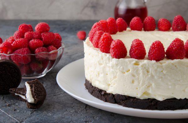 Oreo Cheesecake decorata con lamponi © Fotolia