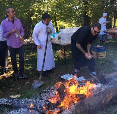Lo chef Roberto di Pinto mentre posiziona i limoni avvolti nell'alluminino nelle braci ardenti © Giallozafferano