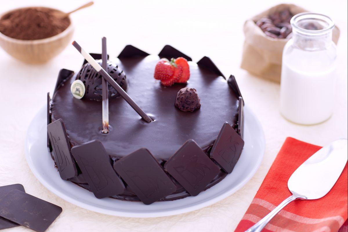 Ricetta Torta Al Cioccolato Glassata.Ricetta Torta Glassata Con Crema Diplomatica Al Cioccolato La Ricetta Di Giallozafferano